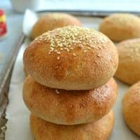 Why buy hamburger buns when you can make your own? These soft, chewy hamburger buns taste better than store-bought and are SO easy to whip up! Whole Wheat Hamburger Bun Recipe, Homemade Hamburger Buns, Homemade Hamburgers, Homemade Breads, Sandwich Buns Recipe, How To Make Hamburgers, Dutch Oven Bread, Bread Bun, Real Food Recipes