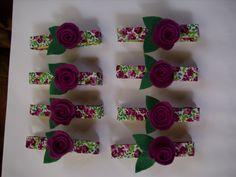 prendedor com flores de crochê