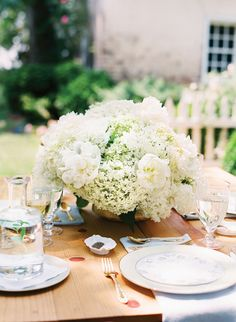 lovely hydrangea centerpiece by Merriment Events | Katie Stoops #wedding