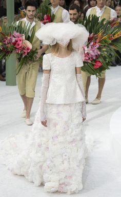 http://www.vogue.fr/mariage/tendances/diaporama/les-robes-de-marie-de-la-haute-couture-printemps-t-2015/18869/carrousel#chanel