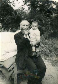 טוביה יצחק מקובר עם הנכדה הבכורה חיה (לימים קמינר) שנולדה במחנה העקורים סן זשרמן