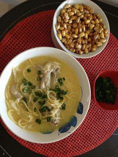 Sopa de pollo. Receta peruana con cancha (maíz tostado).