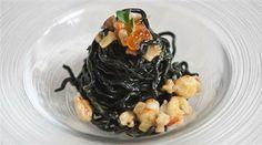 An exclusive seafood spaghetti recipe shared by Lorenzo Santi, chef at La Maniera di Carlo restaurant, with lapsang souchong tea and salmon caviar. http://www.finedininglovers.com/recipes/first-course/spaghetti-recipes-seafood-carbonara/ #GourmetRecipes #LorenzoSanti #ItalianCuisine #Seafood