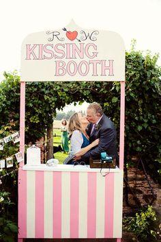 """de manière pas trop sérieuse- afin de laisser une trace en images de cette folle journée aux mariés, la dimension """"bisou"""" est ici mise en avant. Pratique pour ceux qui ne savent jamais quoi faire devant l'objectif."""