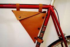 Bolso de cuero moto, nuevo, hecho a mano. Bolso de cuero bicicleta Bag.Triangle. Bolso de la caja de herramientas. by lucinda