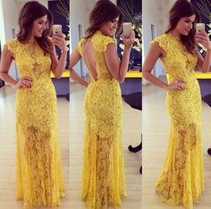 Vestido largo con escote en la espalda de color amarillo.