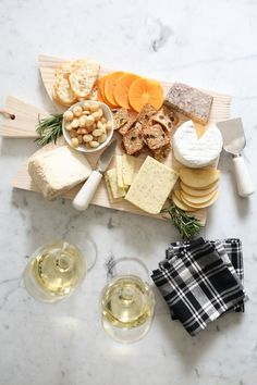 Guide to the Perfect Cheeseboard. These tips are perfect for your next wine and cheese inspired birthday party or soiree with friends! Food Platters, Cheese Platters, Beef Recipes, Snack Recipes, Snacks, Charcuterie And Cheese Board, Cheese Boards, Antipasto, Cheese Party