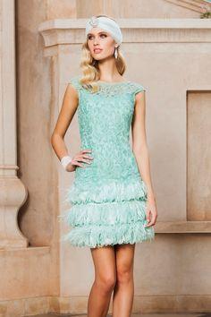 Vestido de fiesta corto blonda con plumas modelo 1150069 by Sonia Peña | Boutique Clara