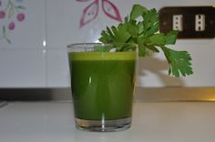 1 bella ciotola di spinaci 1 carota 1 mela mezzo limone 1 gambo di sedano 1 fettina di zenzero