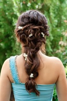 Hottest Snap Shots Bridesmaid Hair short Strategies Bridesmaid hair is usually complicated seeing that all of your girls will have different fashioned Bridesmaid Hair Brunette, Bridesmaid Hair Flowers, Bridesmaid Hair Tutorial, Bridesmaid Hair Half Up, Flowers In Hair, Bridesmaid Ideas, Winter Hairstyles, Bride Hairstyles, Hairdos