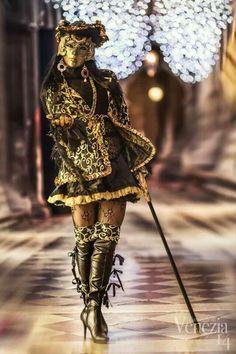 Dama in costume venezia 2014 Venetian Costumes, Venice Carnival Costumes, Mardi Gras Carnival, Venetian Carnival Masks, Carnival Of Venice, Costume Venitien, Venice Mask, Beautiful Mask, Masquerade Ball