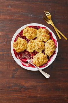 In this Cranberry Cobbler recipe, tart cranberries meet a sweet, crumbly crust for the perfect end to Thanksgiving dinner. Cranberry Cobbler Recipe, Pear Cobbler, Cranberry Cheesecake, Cobbler Topping, Fruit Cobbler, Pumpkin Pie Recipes, Fall Recipes, Chocolate Ganache Tart, Thanksgiving Desserts
