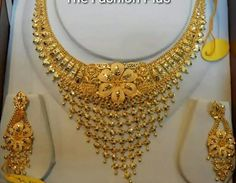 Dubai Gold Jewelry, Gold Wedding Jewelry, Gold Jewellery, Pearl Necklace Designs, Gold Necklace, Necklace Set, Gold Earrings, Gold Bangles Design, Gold Designs