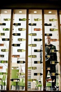 Separador de ambientes restaurante con botellas de vino