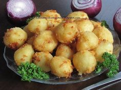 Często zostają mi ziemniaki z poprzedniego dnia więc wykorzystuję je do tych kuleczek. Są świetnym dodatkiem do mięs lub ryb lub jako samodzielne danie. Składniki 1 kg zi...
