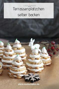 Sind diese kleinen Keksbäumchen nicht wunderschön? Ich verrate Dir, wie Du sie ganz einfach selber backen kannst auf Castlemaker.de Rezept für Plätzchen für Weihnachten. Place Cards, Projects To Try, Place Card Holders, Super, Breakfast, Cake, Desserts, Meringue, Food