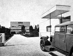 Stein House. (Both, car and house are of the same year) Le Corbusier