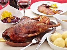 So gelingt der Entenbraten: Die küchenfertige Ente gründlich waschen und trockentupfen. Mit reichlich Salz innen und außen einreiben. Beifuß, Knoblauch...