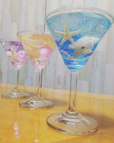 カクテルグラスの中に海のモチーフのシェルやスターフィッシュをあしらった夏にぴったりの涼しげなキャンドルです☆2層のトロピカルな色合いがカクテルのよう♪写真のイメージを参考に備考欄にお好きな色合いをお書きください。例1)写真の青のグラデーションのような色例2)下がオレンジ、上が黄色の2層にしてほしい香りもお好きな香りを下記よりお選びください。・プルメリア・パッションフルーツ・ココナッツ・レモングラス・オレンジ・ホワイトビーチ※色、香りの記入がない場合はこちらで選ばさせていただきます。高さ約12㎝のカクテルグラスを使用しています。