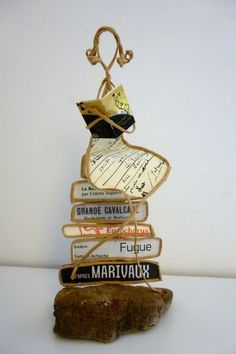 La lectrice - figurine en ficelle et papier Wire Hanger Crafts, Wire Crafts, Jewelry Crafts, Diy And Crafts, Book Maker, Wire Tutorials, Do It Yourself Crafts, Book Folding, Driftwood Art