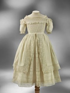 MATIN LUMINEUX   robe  petite  fille  1860-1870
