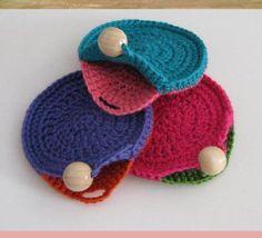 Crochê criativo - 30 Ideias de porta-moedas de crochê ⋆ De Frente Para O Mar - Stricken anleitungen,Stricken einfach,Stricken ideen,Stricken tiere,Stricken strickjacke Crochet Wallet, Crochet Coin Purse, Crochet Purse Patterns, Crochet Purses, Crochet Stitches, Crochet Diy, Quick Crochet, Bead Crochet, Crochet Gifts