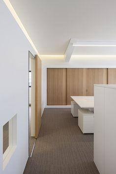 Oficinas en blanco y roble, proyectadas por el estudio belga Five AM