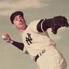 JOE DI MAGGIO,  fue un beisbolista estadounidense de las Grandes Ligas que jugó profesionalmente para los New York Yankees durante toda su carrera. En 1941 la nación entera estuvo atenta a su memorable hazaña de 56 juegos consecutivos bateando al menos un hit, que comenzó un 15 de mayo y terminó el 17 de julio. Muchos expertos consideran esta marca como la más grande proeza en la historia del béisbol.
