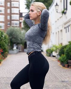 Gymshark athlete Grace styling the Flex leggings with the Seamless Long Sleeve - Fitness Women's active - http://amzn.to/2i5XvJV