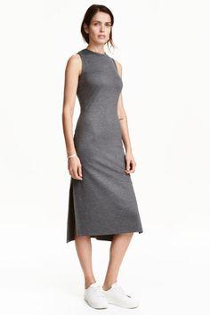Jerseykleid: Wadenlanges, figurbetontes Kleid aus festem Jersey. Ärmelloses Modell mit Rundausschnitt und sichtbarem Reissverschluss…