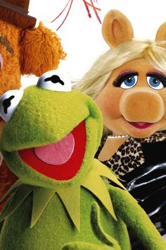 [Muppets: Kermit and Miss Piggy] Master blaster Jim Henson struck comedic stardust pairing a self-absorbed Hollywood hopeful with a swampy banjo picker. Kermit And Miss Piggy, Fire Breathing Dragon, Handsome Prince, Guys And Dolls, Jim Henson, A New Hope, First Dates, Princess Leia, Banjo