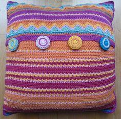 Kussen n.a.v. patroon Jane Crowfoot (Simply Crochet vol. 08) met zelfgehaakte knopen.