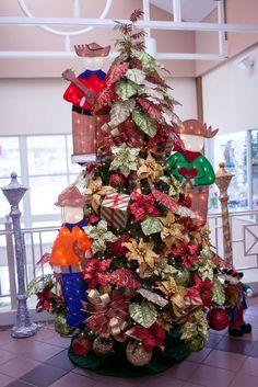 """Nuestros árboles están decorados con la intención de ser exhibidos en el """"showroom"""". Por eso mostramos en un solo árbol diversas ideas que puedes escoger para tu decoración. Los invitamos a que participen de nuestros talleres gratuitos o entren a nuestro canal de youtube para que puedan ser inspirados en esta Navidad"""