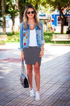 patch-jeans-bordado-look-streestyle-jaqueta-saia-listrada-tenis-branco.