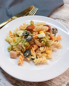 P a s t a S a l a d    Me gusta cuando somos. Así. En plural....  . Ya tenéis en el blog (y en el canal de YouTube) la receta de esta fácil y rica ensalada de pasta  Buenas tardes!