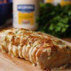 Um lombo recheado cremoso de maionese e queijo é tudo que sua ceia precisa