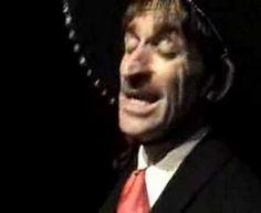 """Una de las incursiones de Albert Pla en la canción ranchera. Un auténtico homenaje al último Charro Cantor, aka Vicente Fernández. """"Un día me gritaste: 'Me gustan los hombres, me aburren los niños!' Y ahi te voy a quebrar mi destino y en una cantina cambié mis canicas por copas de vino... ¡Qué coraje me daba conmigo, no tenía bigote ni tenía pistola ni andaba a caballo...! ¡Qué coraje me daba conmigo, yo andaba descalzo y a ti te gustaban las botas de charro!"""""""
