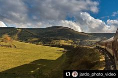 Každý šofér povinne aspoň 1 jazdu vlakom cez Slovensko... a vychutnávať to #praveslovenske  od @jardo_photo_video  #slovakia #slovensko #nature #landscape #railway #bytrain #hills #green #trees #forest #clouds
