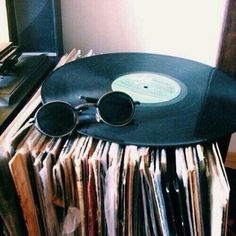 alternative, bedroom, chill, cute, decor, goals, grunge, love, pretty, record, records, retro, room, room decor, sunglasses, tumblr, vintage, vinyl, bedroom goals