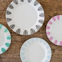 Make a personal and unique dinner service. Play the DIY video and see how Anna decorates white dinner plates with porcelain pens in several colours. Pottery Painting, Ceramic Painting, Diy Painting, Crackpot Café, Porcelain Pens, Diy Xmas Gifts, Cup Decorating, Pottery Plates, Diy Door