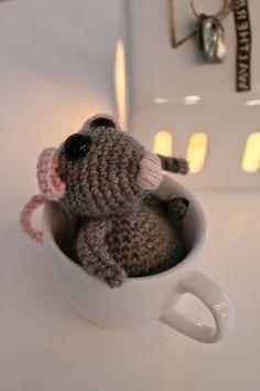 Jeg synes at mus er så søde - når de er hæklet :-)   Min lille mus passer perfekt til en lille kop og den skal stå fremme i hytten her i ...