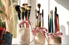 Marre de voir votre maquillage se rependre dans votre salle de bain ? Découvrez nos idées DIY pour ranger votre Make-up de façon originale et pratique