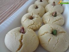 Un Kurabiyesi (orjinal tarif)  İyi günler dostlarım , sizleri tanıştırmak isterim. Huzurlarınızda: Lezzetinden Çatlamış Kurabiye :) Tarifi eski usul, sadece bir farkı var. Eskiden şeker ve yağ elle çook uzun karıştırılırmış. Ben mikserle çırptım. Orjinal un kurabiyesi tarifidir. Şimdilerde ağızda dağılsın diye nişastalı un kurabiyeleri de yapıyoruz ama bu kurabiyeyi yerken; işte budur dedim. Tarif çok kolay, sadece dikkat edilmesi gereken püfleri var. Tavsiye ederim. Çook güzel oldu…