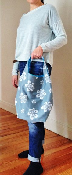 Bolsa de tela de colchón gris con flores blancas tejida con la técnica del jacqard y forro de raso azul