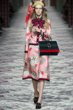See all the Collection photos from Gucci Spring/Summer 2016 Ready-To-Wear now on British Vogue Gucci Fashion, Love Fashion, Runway Fashion, Fashion Show, Womens Fashion, Fashion Design, Milan Fashion, Spring Summer 2016, Spring Summer Fashion