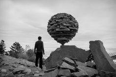 """""""Steine zu balancieren, ist wie Meditation"""", sagt Grab. """"Wenn ich die Schwerkraft spüre, ist das ein ganz besonderes Gefühl. Ich nenne es den Nullpunkt: Wenn alle einzelnen Teile sich anfühlen, als würden sie auf einmal einfrieren - und zu einem großen Ganzen verschmelzen."""""""