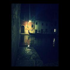 E la nave va... #venezia #venise #italy #italia #italie #gondola #night #nuit #notte #wanderlust #travel #summer #summertime #holidays #vacances #vacanze