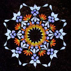 Encante-se com as belas e coloridas mandalas de flores de Kathy Klein!