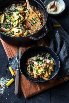 Pastaauflauf mit Pilzen & Artischocken. Entdeckt von Vegalife Rocks: www.vegaliferocks.de ✨ I Fleischlos glücklich, fit & Gesund✨ I Follow me for more vegan inspiration @vegaliferocks