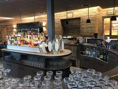 😍🎉 Auch im Quellenhof Leutasch/Tirol wurde renoviert! Vom Boden bis zur Decke präsentiert sich das Entrée im modernen Ambiente, geschickt kombiniert mit erfahrenem Altholz. Chic, gemütlich, modern.💕 #leadingsparesorts #leadingspa #wellness #spa #beauty #wellnesshotel #renovierung #umbau #allesneu #entree #gemütlich #alpin #modern #design #hotel #resort #urlaub #wellnessurlaub #auszeit #entspannen #bar #drinks #champagner #kulinarik Wellness Hotel Tirol, Wellness Spa, Design Hotel, Table Settings, Bar, Beauty, Gap Year, Champagne, Old Wood